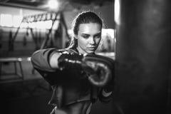 Boxeo moreno hermoso joven delgado apto de la mujer en ropa de deportes Luz oscuro oscura Imagen de archivo