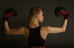 Boxeo rubio hermoso joven delgado apto de la mujer en ropa de deportes Foto de archivo