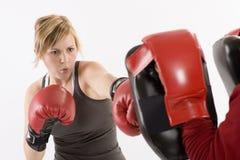 Boxeo y ejercicio de la mujer Imagen de archivo