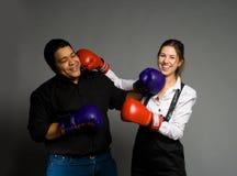 Boxeo y sonrisa jovenes de los pares Imagen de archivo libre de regalías