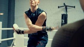 Boxerübung mit dem Springen, der Verpackenturnhalle einzufangen stock video footage
