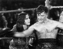 Boxer, der in der Ecke eines Boxrings sitzt (alle dargestellten Personen sind nicht längeres lebendes und kein Zustand existiert  Lizenzfreies Stockfoto