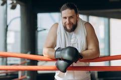 Boxer, der eine Pause trinkt von der Wasserflasche nach der Ausbildung in der Turnhalle macht Mann nach starkem Training lizenzfreies stockfoto