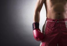 Boxer, der einen Handschuh trägt Lizenzfreie Stockbilder