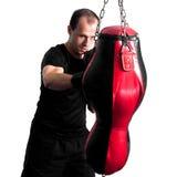 Boxer, der einen Sandbeutel locht Stockbilder