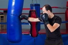 Boxer, der einen Sandbeutel mit der vorderen Hand locht Lizenzfreie Stockfotografie