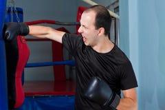 Boxer, der konkurrenzfähig einen Sandbeutel locht Stockfoto