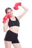 Boxer - des in voller Länge tragende boxende rote Handschuhe Eignungsfrauen-Verpackens Lizenzfreie Stockfotos
