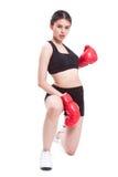 Boxer - des in voller Länge tragende boxende rote Handschuhe Eignungsfrauen-Verpackens Stockfoto