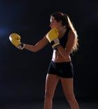 boxer Donna di forma fisica che porta i guantoni da pugile gialli fotografie stock