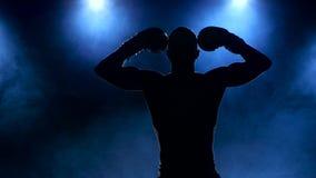Boxer kommt in den Rauch heraus und demonstriert Muskeln stock video
