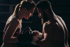 Boxer mit kämpfender Position gegen schwarzen Hintergrund lizenzfreie stockfotografie