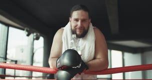 Boxer nach der Ausbildung im Ring mit Wasser stockfotografie