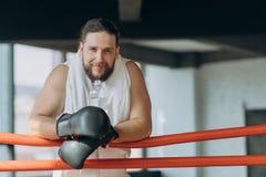 Boxer nach der Ausbildung im Ring mit Wasser lizenzfreie stockbilder