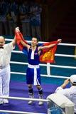 Boxer trägt Markierungsfahne, nachdem er Gold gewonnen hat Lizenzfreie Stockfotografie