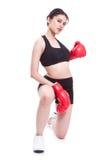 Boxer - tragende boxende rote Handschuhe des Eignungsfrauen-Verpackens Lizenzfreie Stockfotos