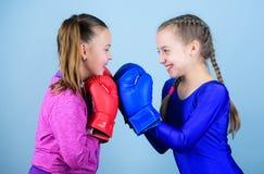 Boxerkinder in den Boxhandschuhen Nette Boxer der Mädchen auf blauem Hintergrund Freundschaft als Kampf und Wettbewerb Durchlaufv lizenzfreies stockbild