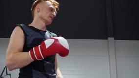 Boxermann in den Handschuhen Verpackenübung auf Kampfring im Kampfverein ausbildend Kämpfermann, der auf Boxring regnet sport stock video footage