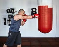 Boxertraining in einer Turnhalle Stockfotos