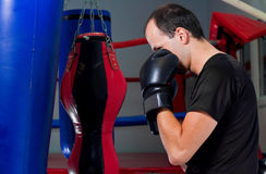 Boxertraining mit einem Sandbeutel Stockbild