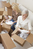 boxes flyttande uppackning för familjutvecklingshus Arkivfoton