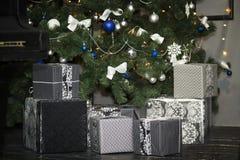 boxes julgåvatreen arkivfoton