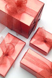 boxes röda gåvor Arkivfoton