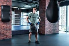 boxeur aux cheveux foncés utilisant la chemise kaki se motivant images stock