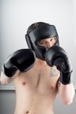 Boxeur avec les gants noirs Photo libre de droits