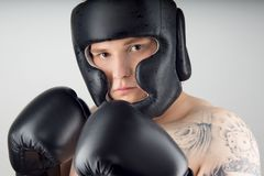 Boxeur avec les gants noirs Images stock