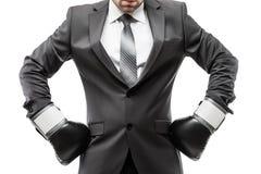 Boxeur d'homme d'affaires dans les gants de boxe de port de sport de costume noir image stock