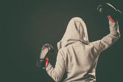 Boxeur dans le support de hoodie vers l'arrière avec des bras en air Photos libres de droits