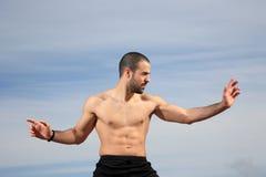 Boxeur de coup-de-pied pratiquant dehors photos stock