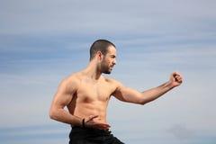 Boxeur de coup-de-pied pratiquant dehors images stock