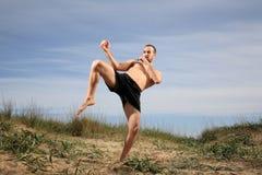 Boxeur de coup-de-pied pratiquant dehors photo libre de droits