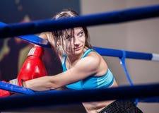 Boxeur de fille en boucle de boxe photos stock