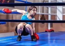 Boxeur de fille en boucle de boxe photo libre de droits