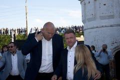 Boxeur de Nikolai Valuev Russian dans le politicien et le Nikolai Lyubimov russes lourds le gouverneur temporaire de la région de Photographie stock