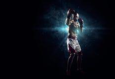 Boxeur de Professionl dans l'obscurité image stock