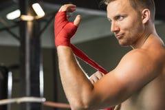 Boxeur enveloppant sa main images libres de droits