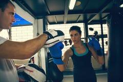 Boxeur féminin à la formation Photos stock