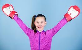 Boxeur féminin Éducation de sport La boxe fournissent la discipline stricte Boxeur mignon de fille sur le fond bleu Contraire à photo libre de droits