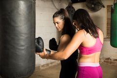Boxeur féminin avec son entraîneur Photographie stock libre de droits