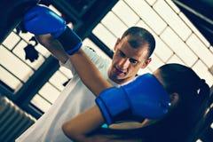 Boxeur féminin avec son instructeur Photo stock