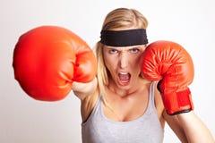 Boxeur féminin heurtant et criant Photographie stock