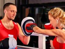 Boxeur féminin jetant la bonne croix aux gants Photographie stock