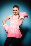 Boxeur féminin portant de grands gants de rose d'amusement jouant des sports Image libre de droits