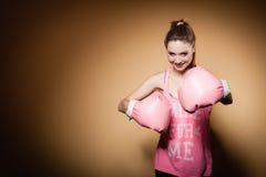 Boxeur féminin portant de grands gants de rose d'amusement jouant des sports Photographie stock