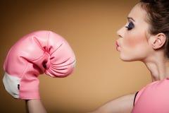 Boxeur féminin portant de grands gants de rose d'amusement jouant des sports photo libre de droits