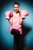 Boxeur féminin portant de grands gants de rose d'amusement jouant des sports Photos libres de droits